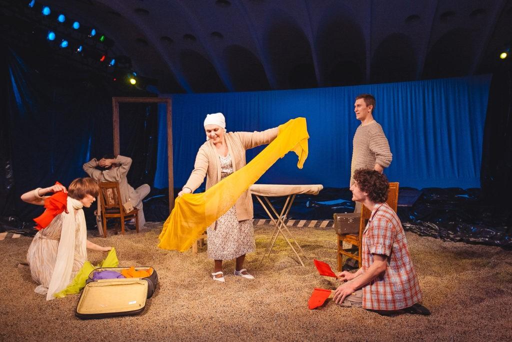 Сцена из спектакля «Утюги»: фотография