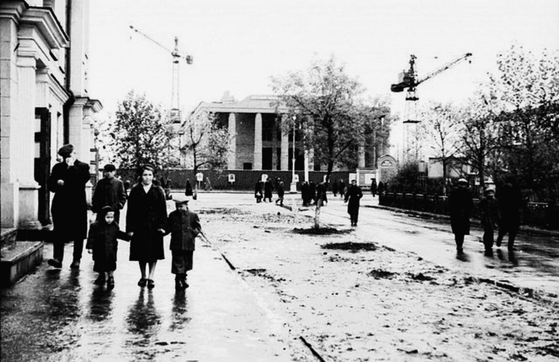 Строительство Кемеровского областного театра драмы, 50-е годы: фотография И. Кузнецова