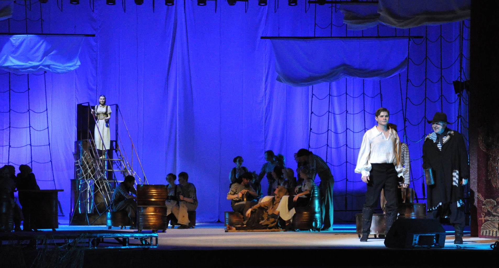 Сцена из спектакля «Алые паруса»: фотография