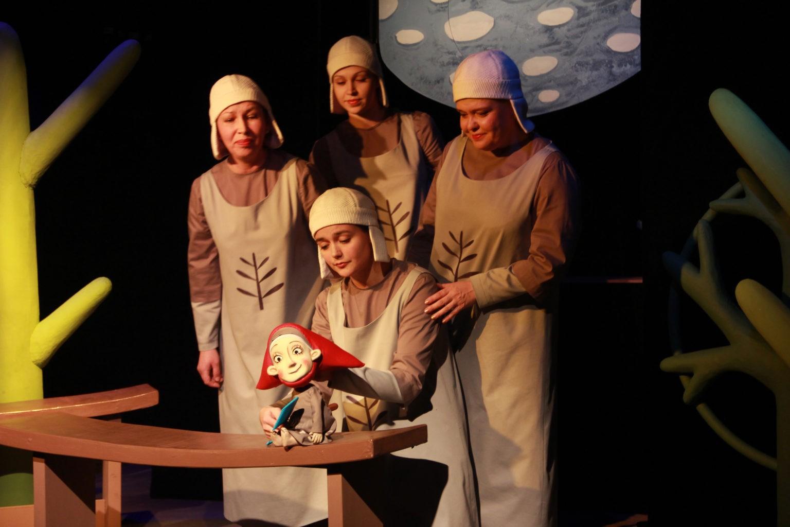 Н. Синюкова (в центре), остальные слева направо – О. Яцук, И. Салтымакова, О. Паммелл (спектакль «Крошечка-Хаврошечка»): фотография