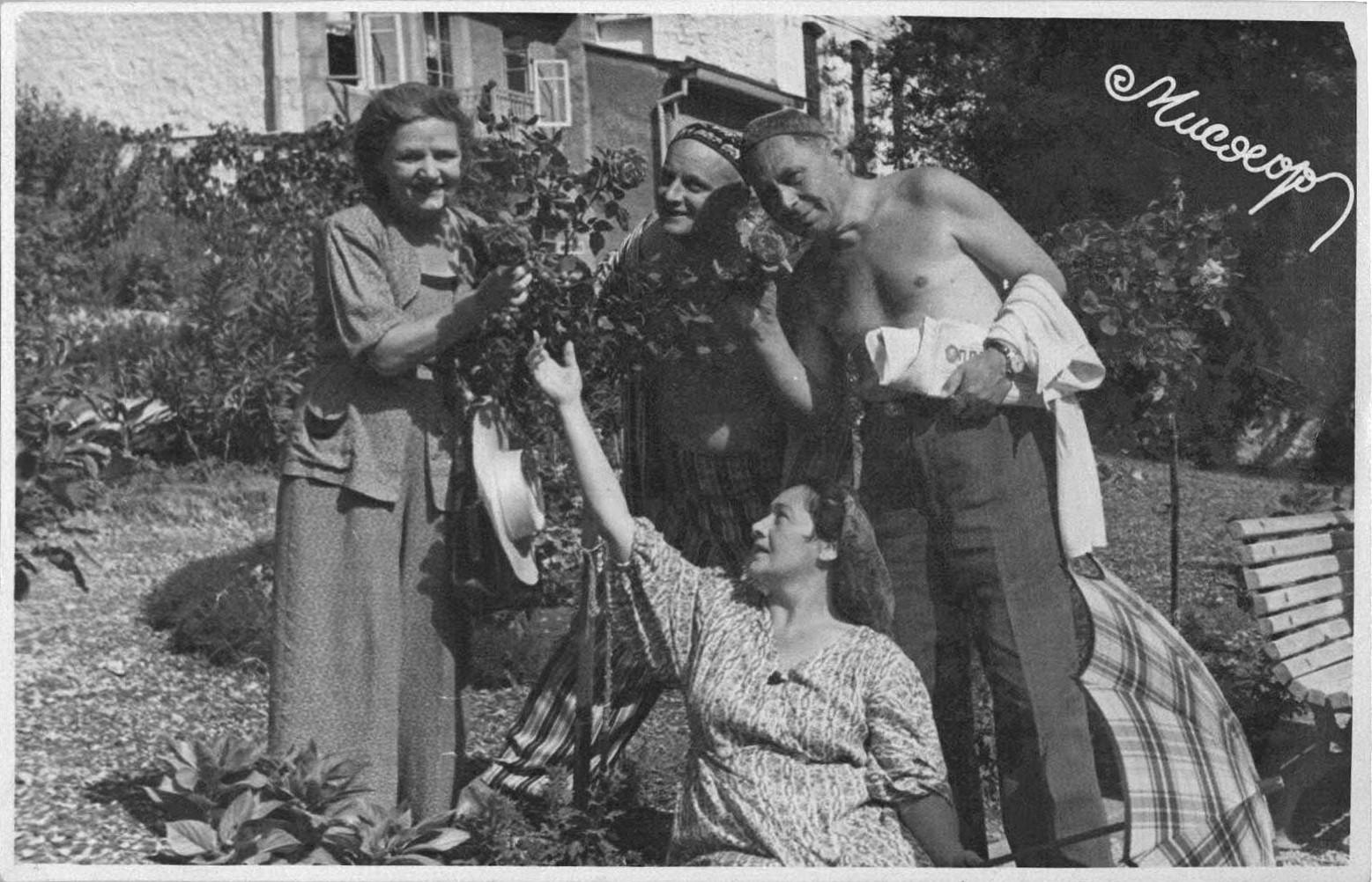 Ф. Белинская, Р. Риккер, А. Анатольев, П. Князев на отдыхе. Мисхор. 1953 г.: фотография
