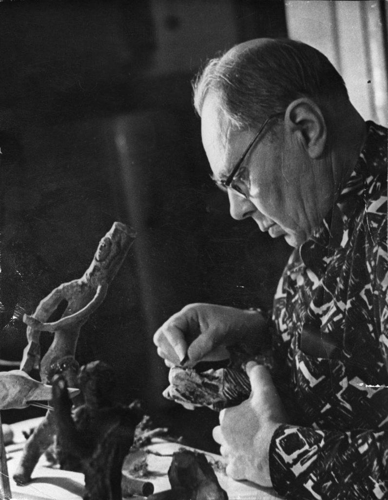 П. Князев на досуге (за лесной скульптурой). 1967г.: фотография