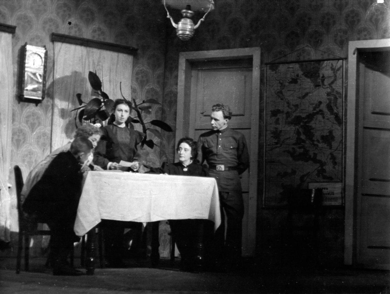 Сцена из спектакля «Семья»: фотография