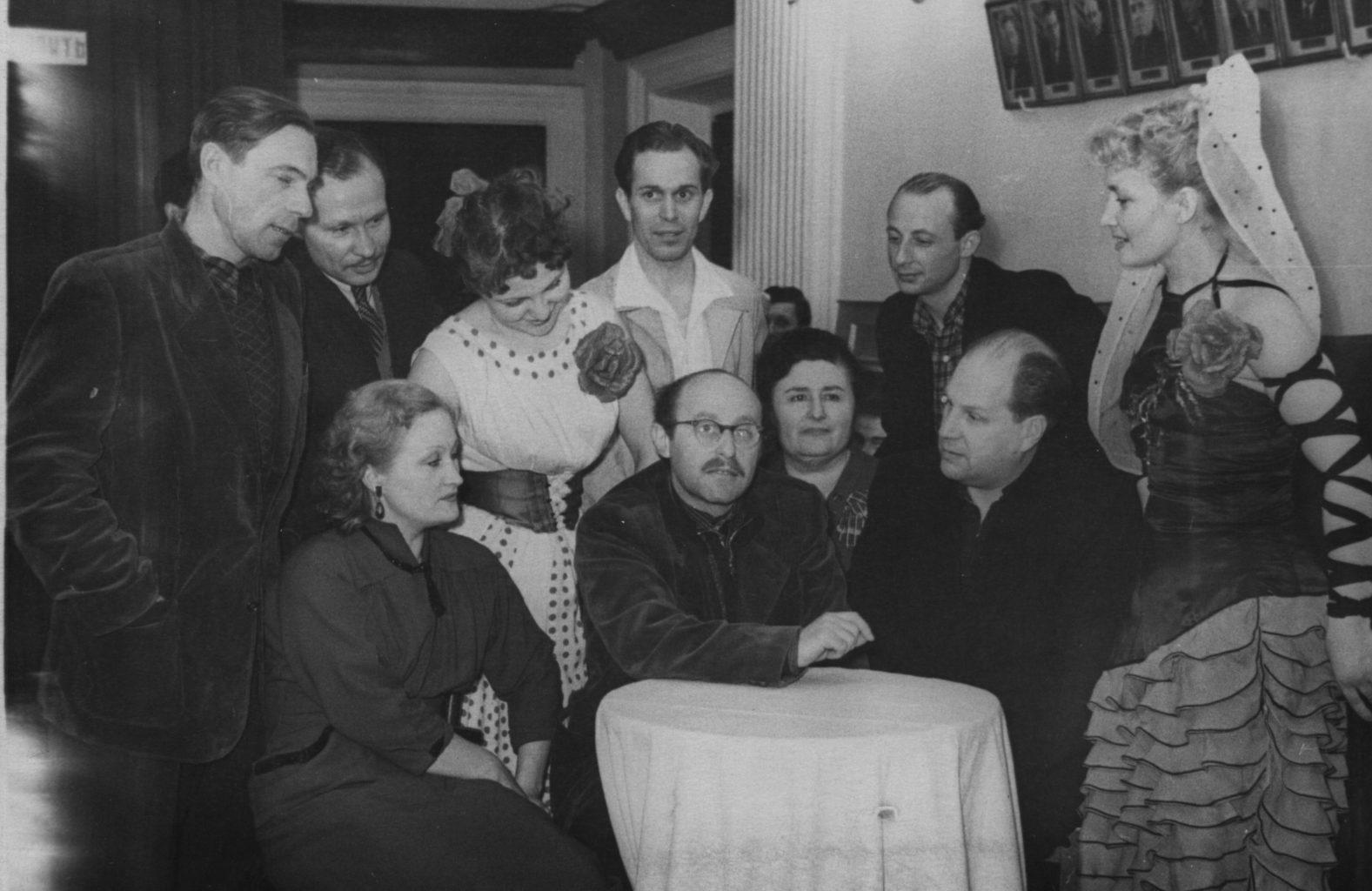 Коллектив театра музкомедии начала 50-х гг.: фотография