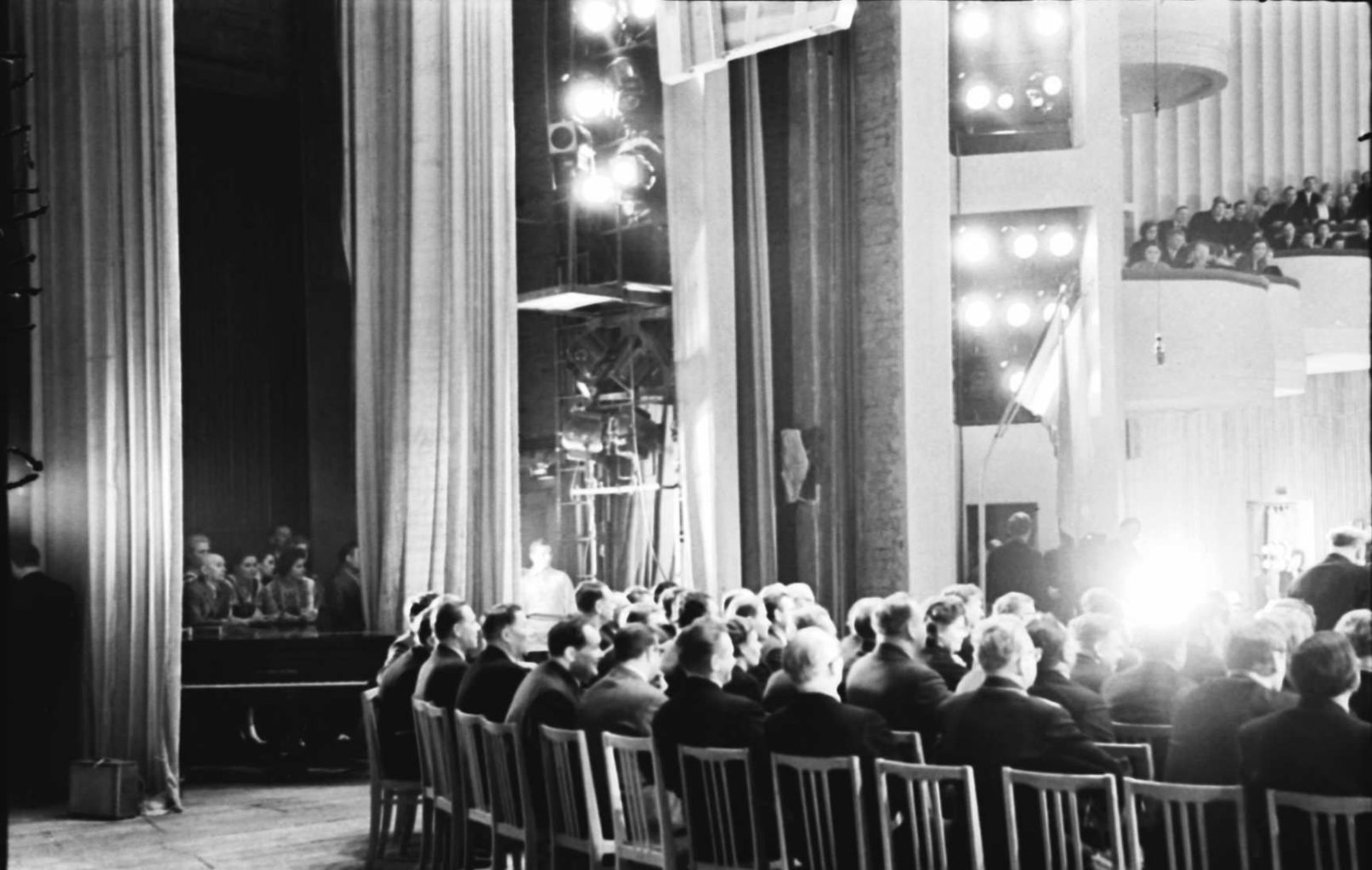 Зал заседания на сцене театра музкомедии, во время открытия фестиваля белорусского искусства в РСФСР, 1966 г.: фотография