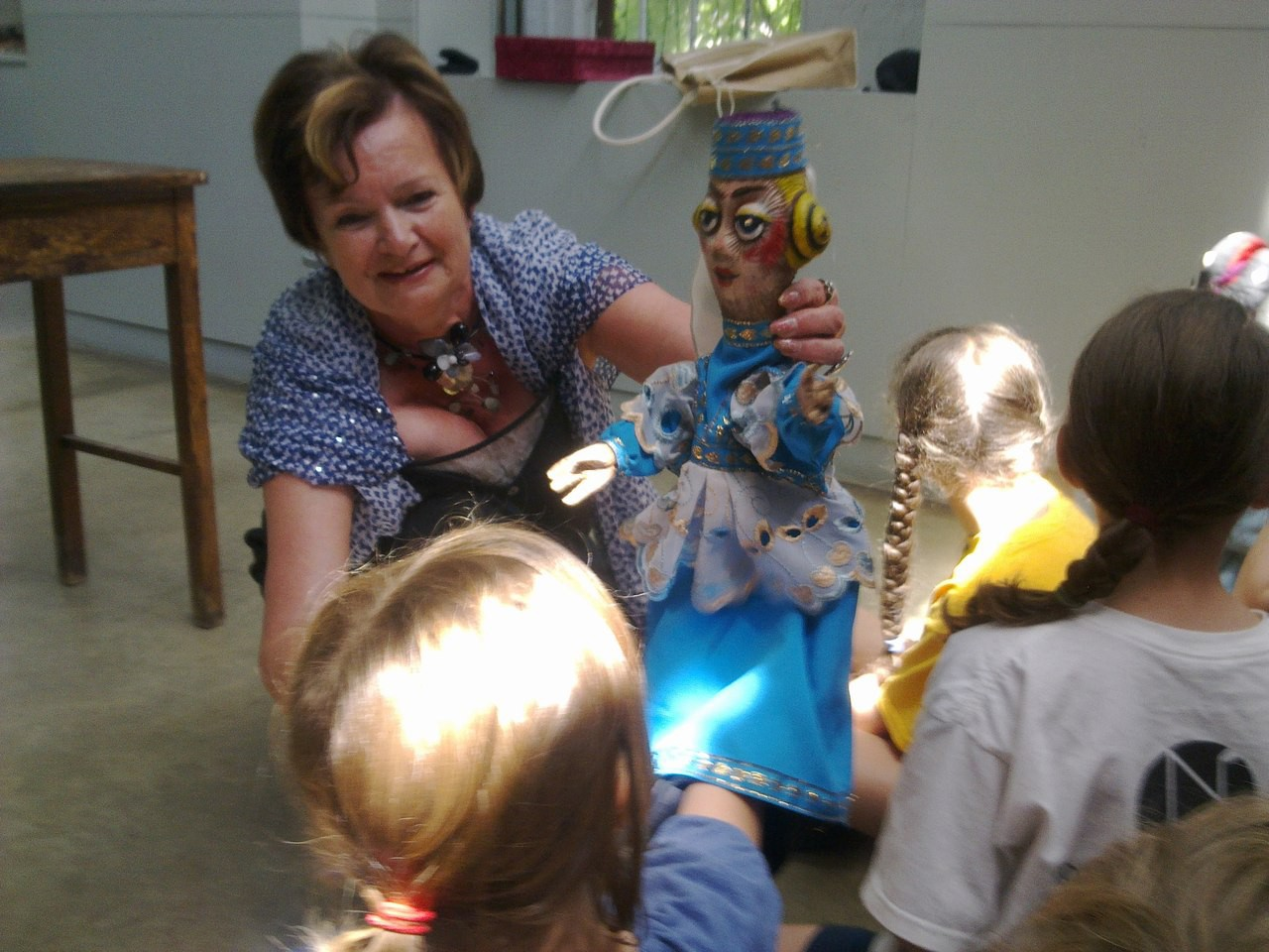 Творческая поездка театра кукол «Сказ» в США. Г. Романова - мастер-класс для особых детей, г. Бренфорд, 2013 г.: фотография