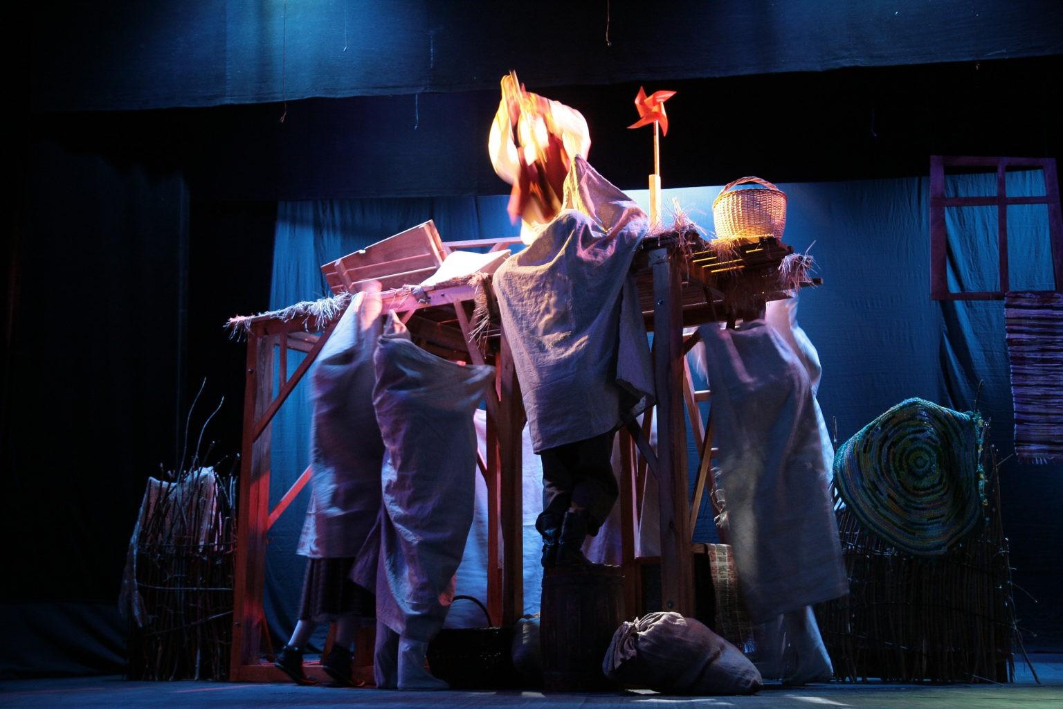 Сцена из спектакля «Путешествие Нильса с дикими гусями»: фотография