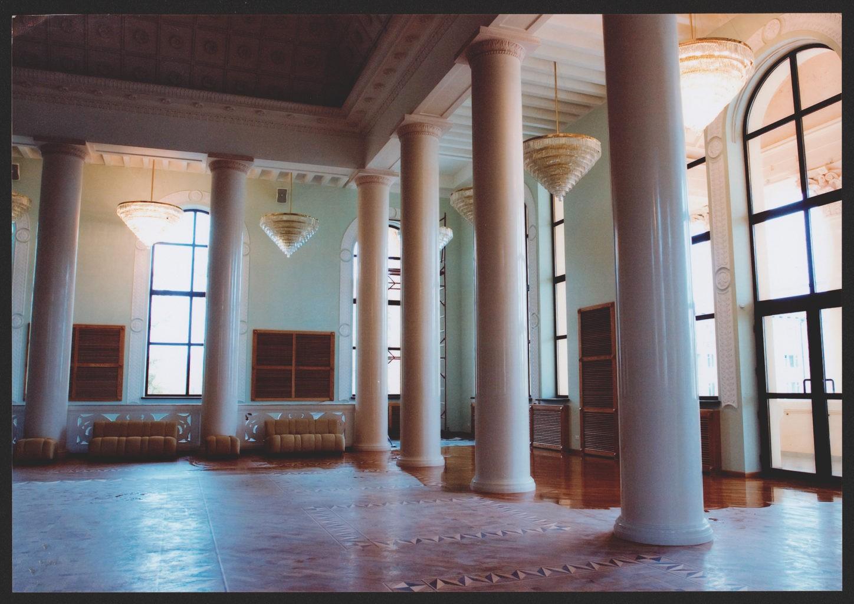 Белое фойе театра, после реконструкции: фотография