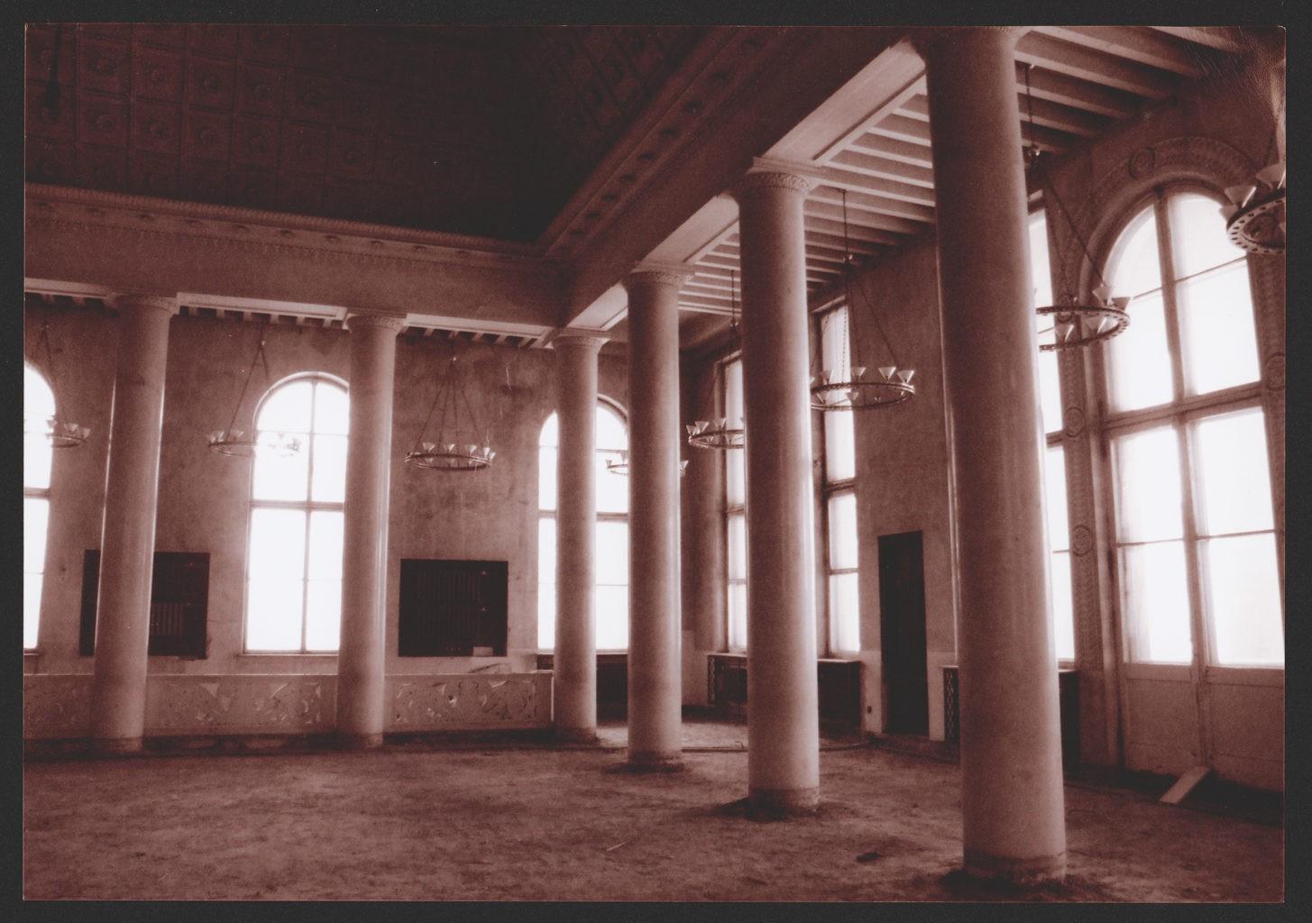 Белое фойе театра, до реконструкции: фотография